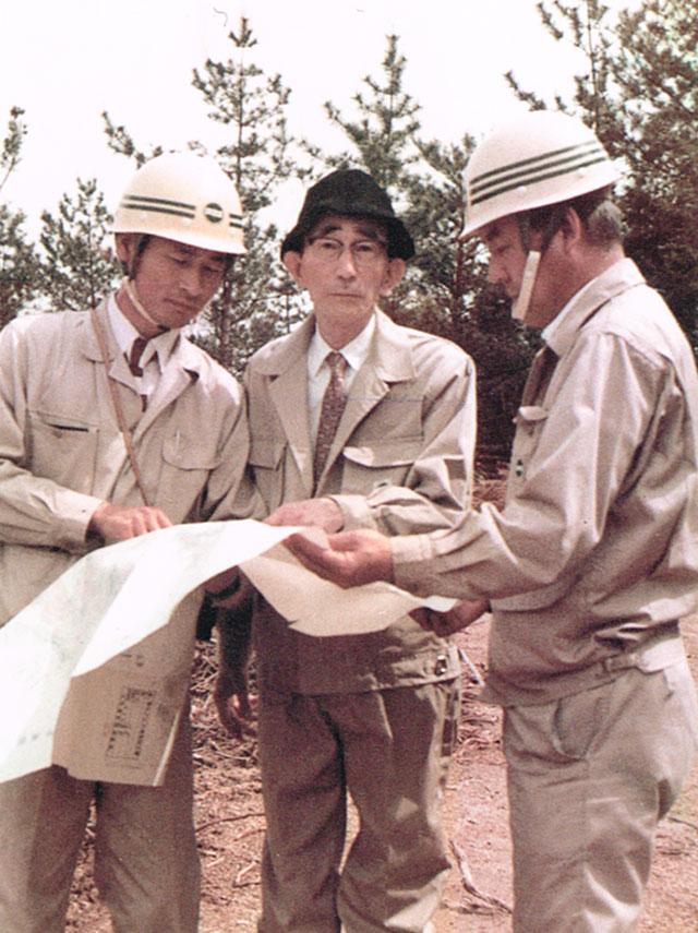 設計図を見ながら現場を指揮する井上氏(中央)